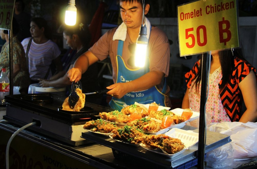 Night market on Hua Thanon (Guan Yu)